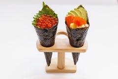 Ikura e Kani com abacate, Tamago Yaki e Ebiko Califórnia ou rolo da mão do sushi de Temaki Foto de Stock