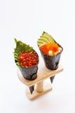 Ikura e Kani com abacate, Tamago Yaki e Ebiko Califórnia ou rolo da mão do sushi de Temaki Foto de Stock Royalty Free
