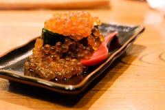 Ikura Gukan, Salmon Roe Sushi, fond de tache floue Image libre de droits