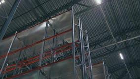 Il ¡ di Ð perde-sullo scaffale di vista dal basso in un centro di logistica stock footage