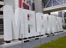 Il 'Melbourne' illuminato firma dentro l'aeroporto di Melbourne Immagine Stock Libera da Diritti