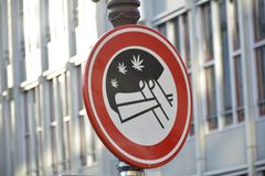 il 'No Smoking' firma dentro la via di Amsterdam immagini stock