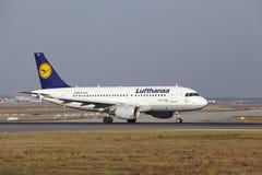 """Il †""""Lufthansa Airbus A319-112 dell'aeroporto internazionale di Francoforte decolla Immagine Stock"""