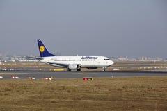 """Il †""""Lufthansa Boeing 737 dell'aeroporto internazionale di Francoforte decolla Immagini Stock"""