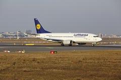 """Il †""""Lufthansa Boeing 737 dell'aeroporto internazionale di Francoforte decolla Immagine Stock Libera da Diritti"""