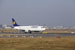 """Il †""""Lufthansa Boeing 737 dell'aeroporto internazionale di Francoforte decolla Fotografia Stock"""