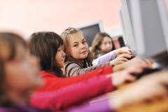 Il éducation avec des enfants à l'école Image libre de droits