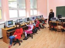 Il éducation avec des enfants à l'école Photos stock