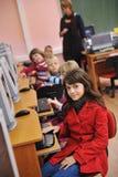 Il éducation avec des enfants à l'école Photo stock