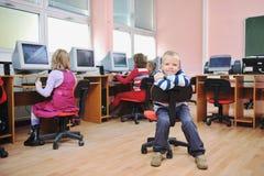 Il éducation avec des enfants à l'école photos libres de droits
