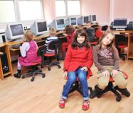 Il éducation avec des enfants à l'école Image stock