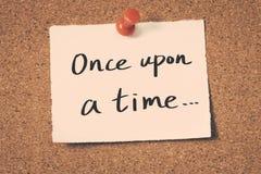Il était une fois? Scène démodée de matin : machine à écrire antique, cuvette de café frais, contrat d'affaires et crayon lecteur Photographie stock libre de droits