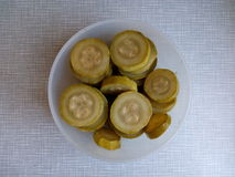 Il ‹affettato del †del ‹del †ha marinato lo zucchini in una ciotola per un picnic Fotografie Stock Libere da Diritti