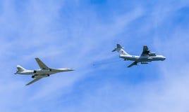 Il78 (麦得斯)空中加油机和图-160 (大酒杯) 库存照片