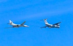 Il78 (麦得斯)空中加油机和图-160 (大酒杯) 免版税库存照片