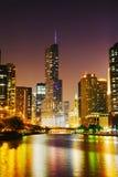 夜用王牌取胜国际饭店并且耸立在芝加哥, IL 免版税库存照片