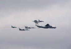 Il-78 eskortiert durch Kämpfer Lizenzfreie Stockfotografie