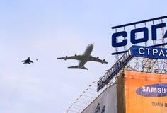Il-86VKP avec l'escorte vole au-dessus de Moscou Images libres de droits