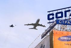 Il-86VKP mit Geleitschutz fliegt über Moskau Lizenzfreie Stockbilder