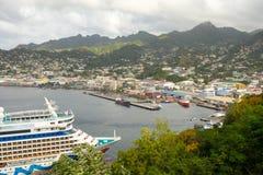 Il aida della nave da crociera ad un porto in Isole Sopravento meridionali Fotografia Stock