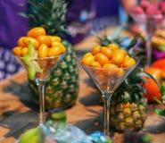 Il als nano dell'arancia conosciuto come i kumquat è servito in un vetro Immagine Stock