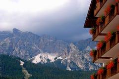 Il ` Ampezzo della cortina d ha la storia di mille anni e una tradizione lunga come destinazione turistica: Montagne delle dolomi immagine stock libera da diritti