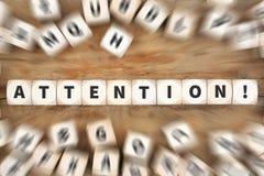 Il annoncement dell'attenzione annuncia l'affare d'avvertimento dei dadi di informazioni Fotografia Stock