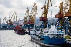 Il argo del  di Ñ cranes nel porto nell'inverno e nelle barche Immagine Stock Libera da Diritti