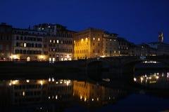 Il Arno alla notte a Firenze, Italia immagine stock libera da diritti