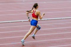 Il athlet della ragazza esegue 400 metri Fotografia Stock