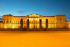 Il bâtiment du musée russe dans l'illumination de nuit de la nuit de mai St Petersburg Photographie stock