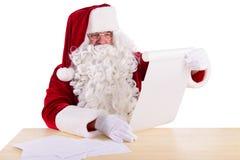 Il Babbo Natale che legge una lettera Immagini Stock Libere da Diritti