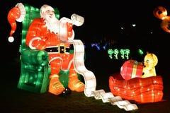 Il Babbo Natale che legge una lista di obiettivi immagini stock libere da diritti