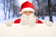 Il Babbo Natale che mostra un tabellone per le affissioni in bianco Immagini Stock