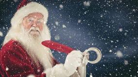 Il Babbo Natale che scrive su una carta con una piuma combinata con neve di caduta video d archivio