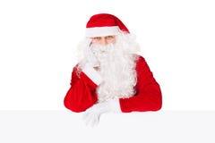 Il Babbo Natale che si appoggia sulla scheda in bianco Immagini Stock Libere da Diritti