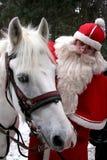Il Babbo Natale con il cavallo bianco Fotografie Stock