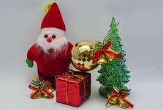 Il Babbo Natale con il regalo del giorno di Natale Fotografia Stock Libera da Diritti