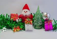 Il Babbo Natale con il regalo del giorno di Natale Fotografie Stock Libere da Diritti