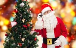 Il Babbo Natale con l'albero di Natale e dello smartphone Fotografie Stock Libere da Diritti