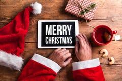Il Babbo Natale con la compressa Fotografie Stock Libere da Diritti