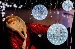 Il Babbo Natale con le palle della luce bianca Immagini Stock Libere da Diritti