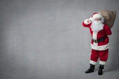 Il Babbo Natale con un sacchetto pieno dei presente Immagine Stock