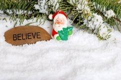 Il Babbo Natale e crede la pietra con neve Immagini Stock Libere da Diritti