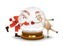 Il Babbo Natale e la capra guardano attraverso una palla festiva di vetro Immagine Stock