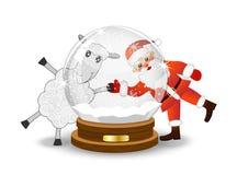 Il Babbo Natale e le pecore guardano attraverso una palla festiva di vetro Immagine Stock Libera da Diritti