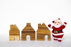 Il Babbo Natale e mini casa di legno Fotografie Stock