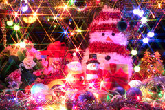 Il Babbo Natale e pupazzo di neve con un albero di Natale decorato con lig Immagine Stock Libera da Diritti