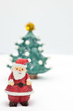Il Babbo Natale ed albero su neve Immagine Stock Libera da Diritti