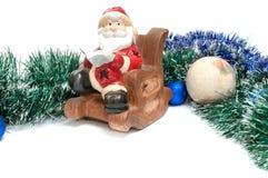 Il Babbo Natale legge un libro verso l'alto delle decorazioni di Natale su w Fotografie Stock Libere da Diritti